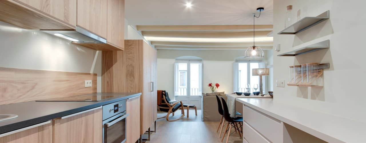 Cucina in stile mediterraneo di Lara Pujol | Interiorismo & Proyectos de diseño Mediterraneo