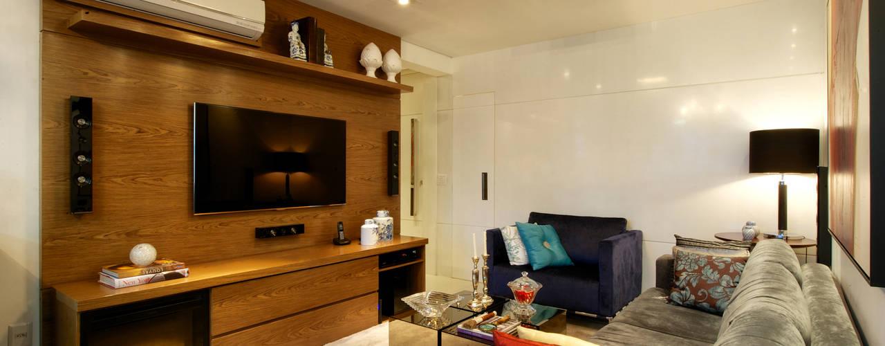 Salas / recibidores de estilo  por Régua Arquitetura,