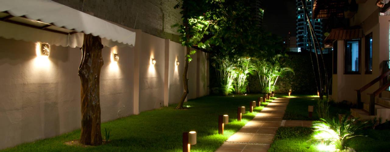Jardines de estilo  de L+A Arquitetura de iluminação, Rural