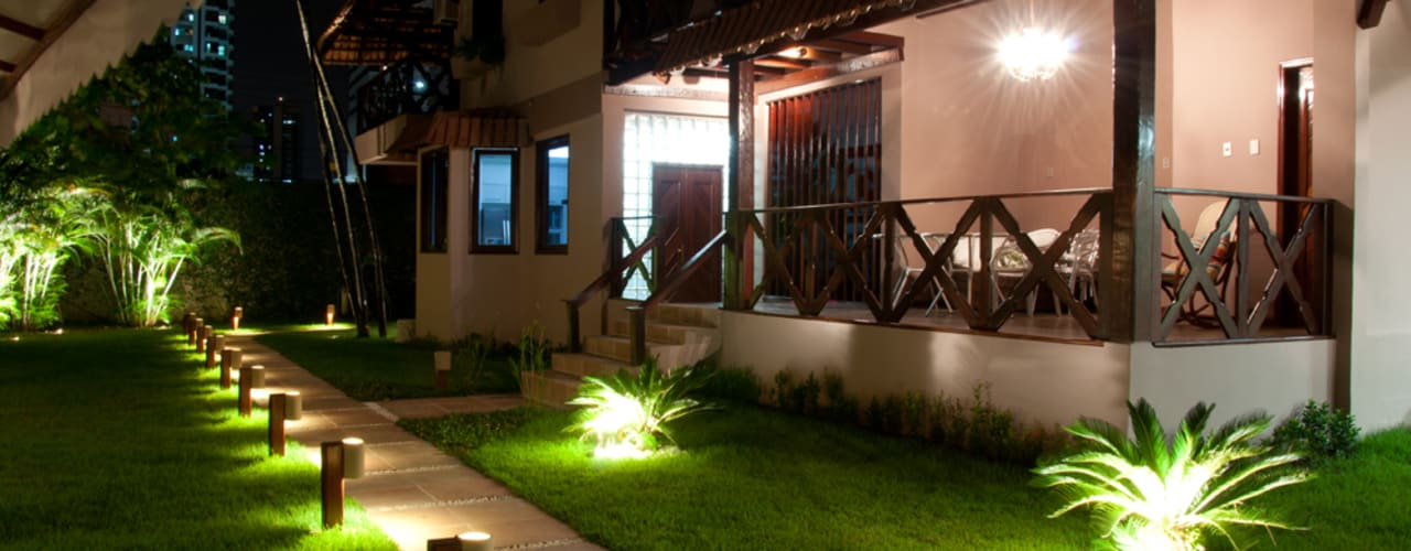Wiejski ogród od L+A Arquitetura de iluminação Wiejski