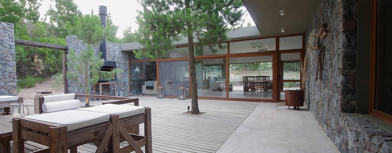 Casas de Playa - El Patio -: Jardines de estilo  por LUCAS MC LEAN ARQUITECTO