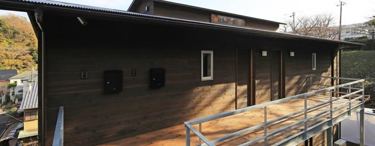 外観・玄関デッキ: 早田雄次郎建築設計事務所/Yujiro Hayata Architect & Associatesが手掛けた家です。
