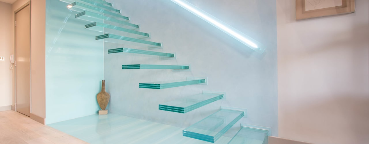 ​A single-flight cantilever staircase crafted in toughened, laminated glass Railing London Ltd Modern corridor, hallway & stairs