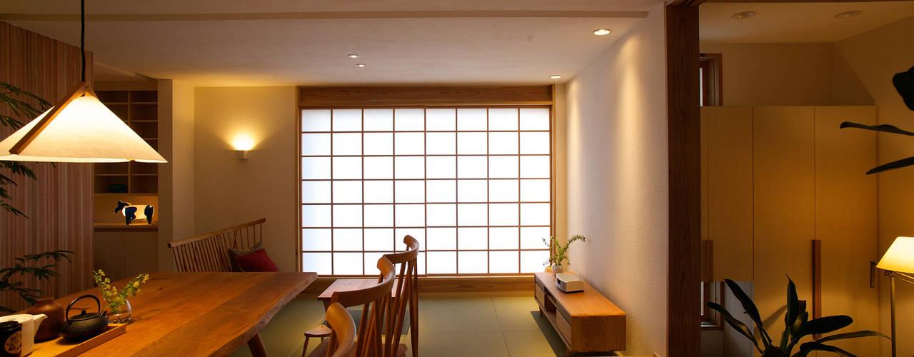 Salas / recibidores de estilo  por 辻健二郎建築設計事務所,