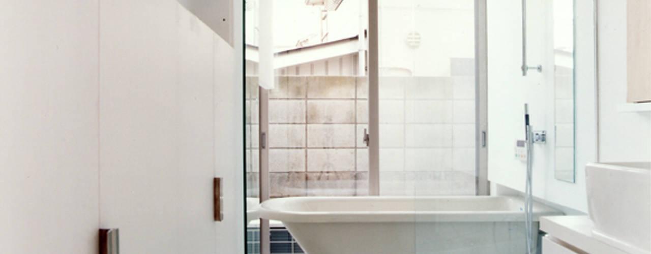 小金井の家: hamanakadesignstudioが手掛けた浴室です。