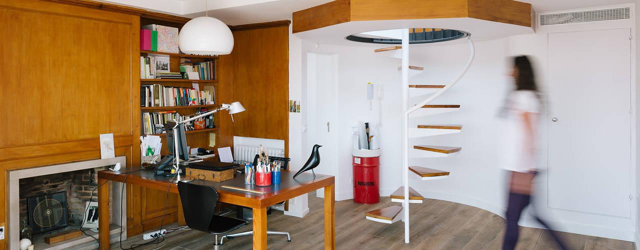 Phòng học/văn phòng phong cách hiện đại bởi ImagenSubliminal Hiện đại