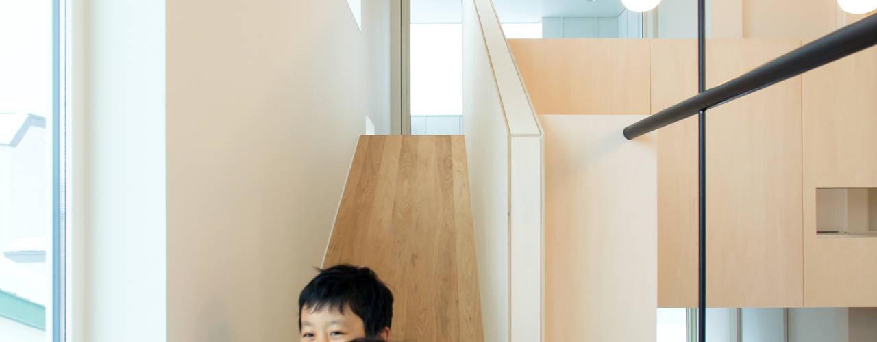 一級建築士事務所 Atelier Casa Pasillos, vestíbulos y escaleras de estilo ecléctico Madera