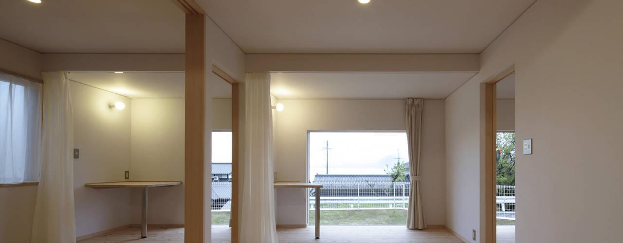 とけあういえ 山道勉建築 北欧スタイルの 寝室 木 白色
