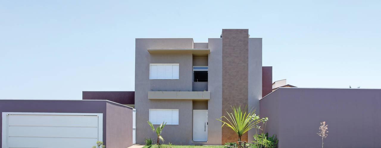 modern Houses by Híbrida Arquitetura, Engenharia e Construção