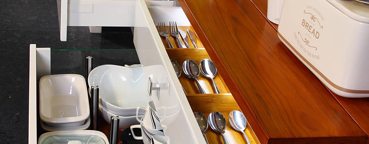 od Savio and Rupa Interior Concepts Skandynawski