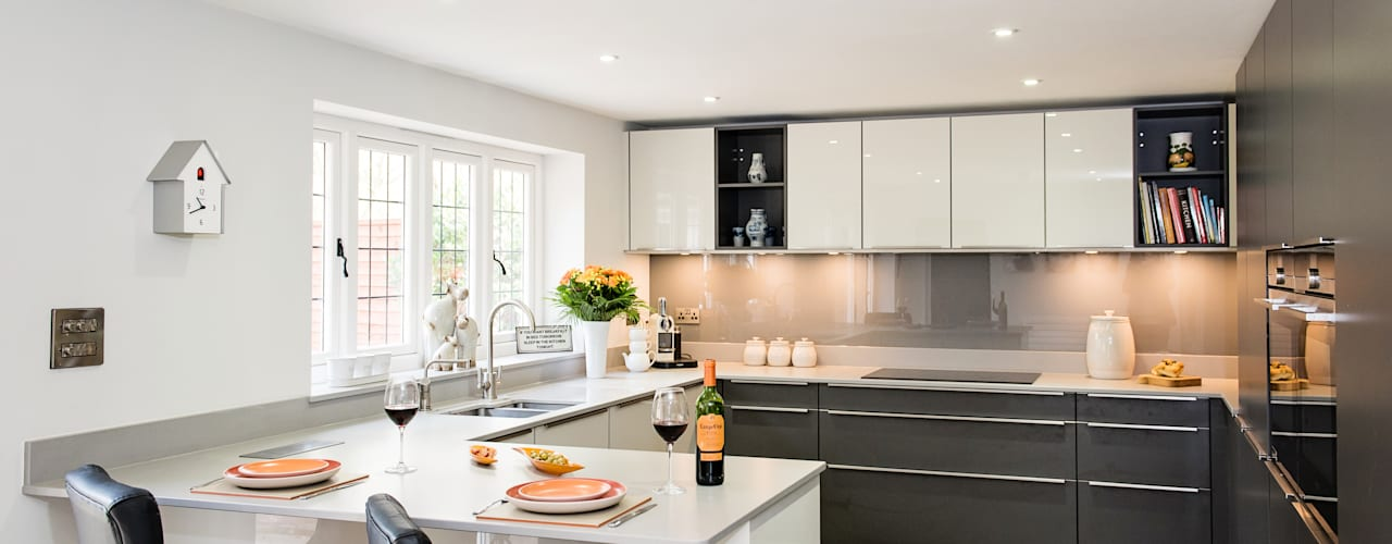 Mr & Mrs H, Kitchen, Byfleet Village, Surrey by Raycross Interiors Modern