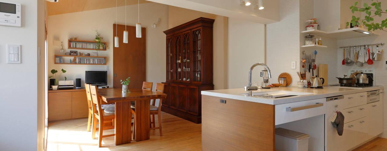 Cocinas de estilo moderno de シーズ・アーキスタディオ建築設計室 Moderno