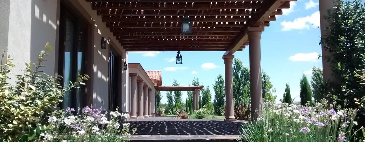 Vivienda en Algodon Wine Estates - Lote E12 Balcones y terrazas rústicos de Azcona Vega Arquitectos Rústico