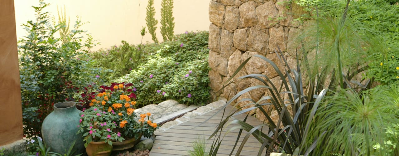 Country style garden by Emmilia Cardoso Designers Associados Country