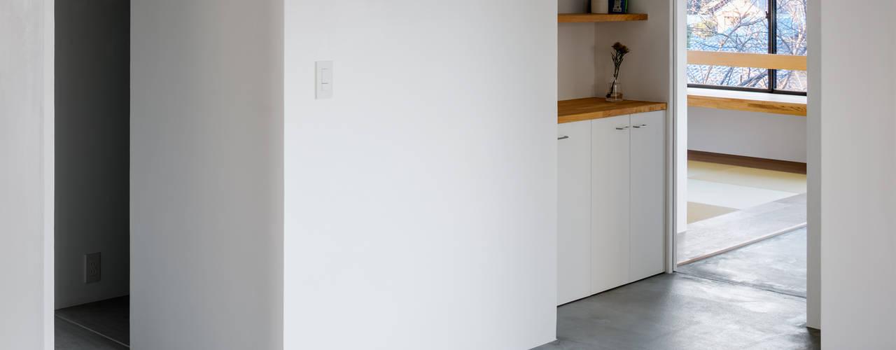 通り土間の家 内田雄介設計室 モダンスタイルの 玄関&廊下&階段