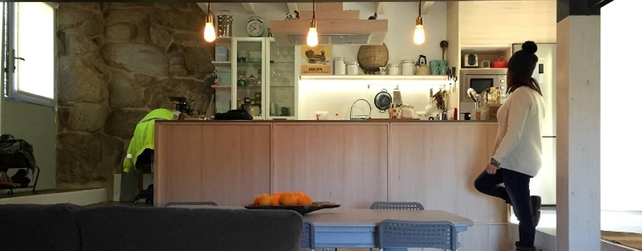Кухня в стиле кантри от b+t arquitectos Кантри