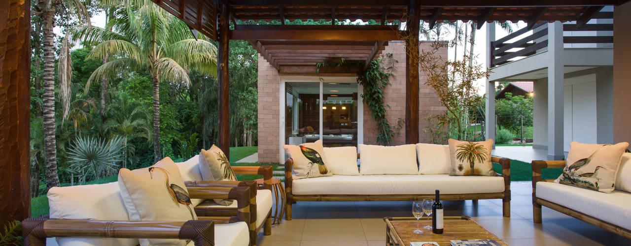 Tropische balkons, veranda's en terrassen van Cabral Arquitetura Ltda. Tropisch