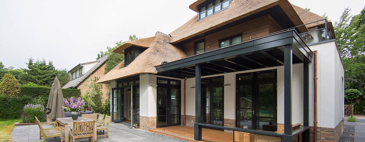 Wiejski balkon, taras i weranda od DENOLDERVLEUGELS Architects & Associates Wiejski