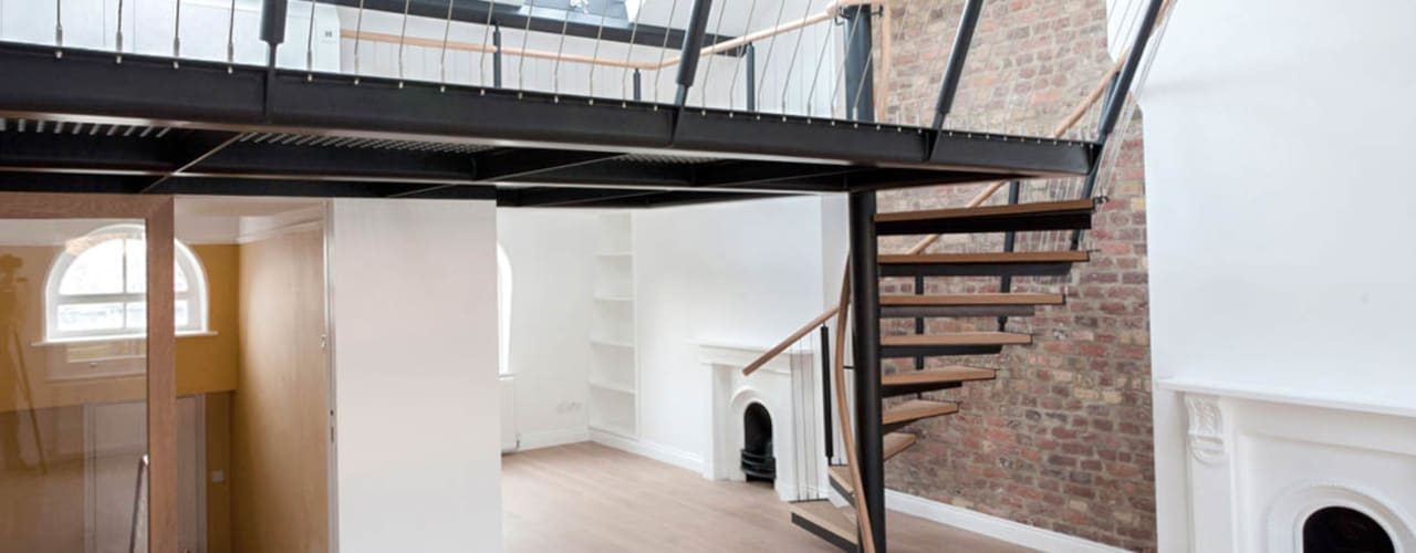 Spiral staircase to the mezzanine Ingresso, Corridoio & Scale in stile moderno di Railing London Ltd Moderno