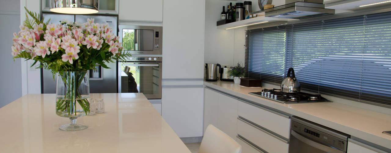 Modern kitchen by Parrado Arquitectura Modern