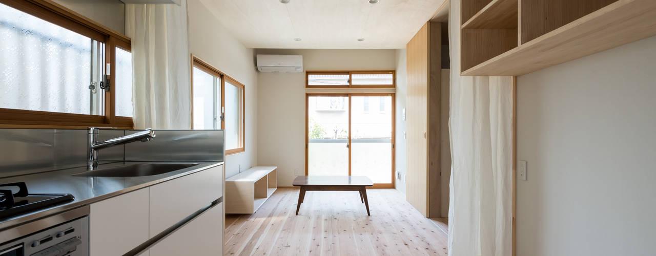 Living room by coil松村一輝建設計事務所,