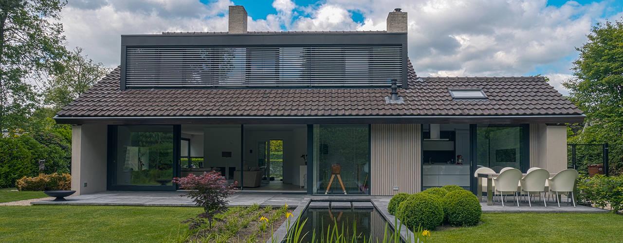 Renovatie en verbouwing villa in Ruitersbos te Breda:  Huizen door Joep van Os Architectenbureau,