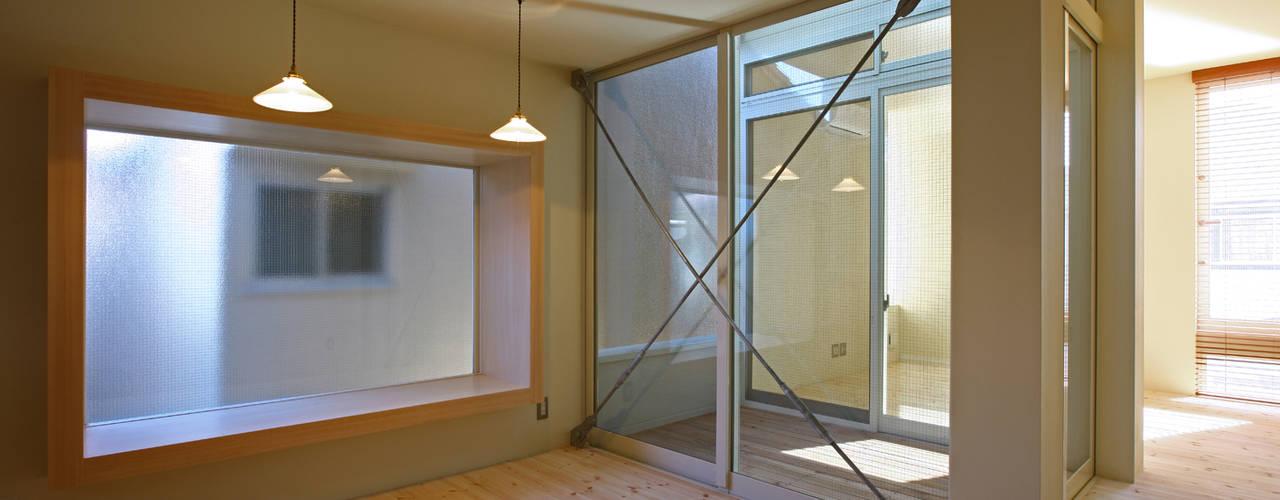 2階 出窓ベンチのあるダイニング: アトリエハコ建築設計事務所/atelier HAKO architectsが手掛けたダイニングです。