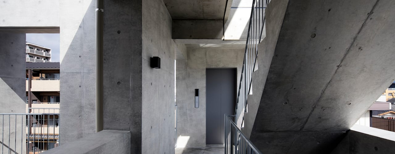 株式会社 藤本高志建築設計事務所 Modern corridor, hallway & stairs Concrete Grey