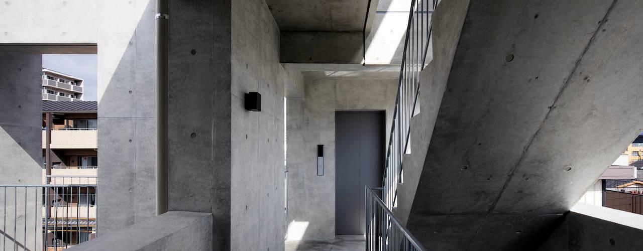 Casa Verde 株式会社 藤本高志建築設計事務所 モダンスタイルの 玄関&廊下&階段 コンクリート 灰色