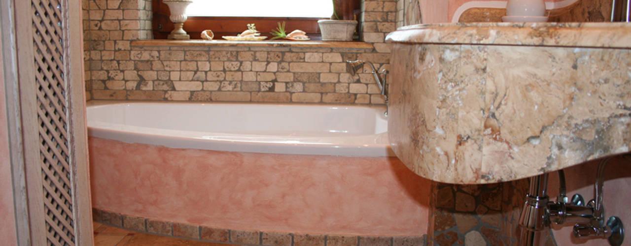 Mediterranes Bad Creme Rosé, Travertin und Antikmarmorwaschtisch:  Badezimmer von Villa Medici - Landhauskuechen aus Aschheim,Mediterran