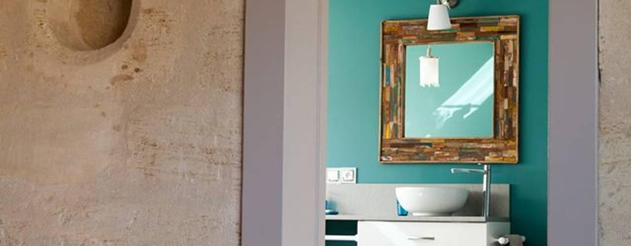 Réhabilitation d'une bâtisse ancienne: Salle de bains de style  par Sève Créative