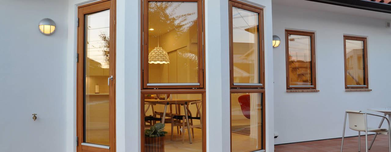 Cửa sổ & cửa ra vào phong cách Bắc Âu bởi 株式会社 ヨゴホームズ Bắc Âu