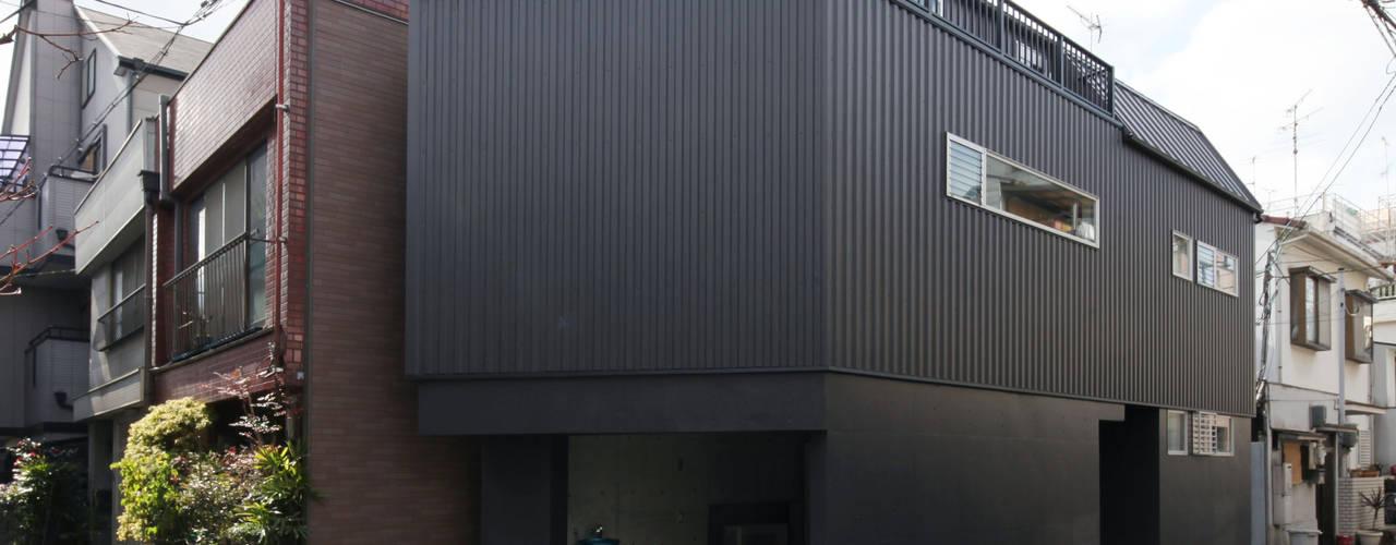 8.8坪の家 – スキップフロアの狭小住宅 – モダンな 家 の atelier m モダン