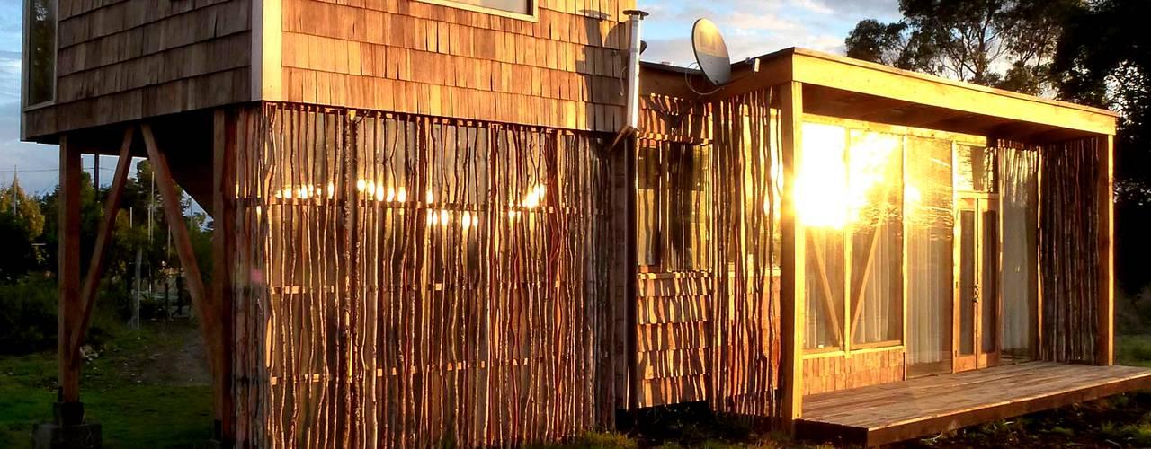 Frente y pieza elevada: Casas de estilo moderno por PhilippeGameArquitectos