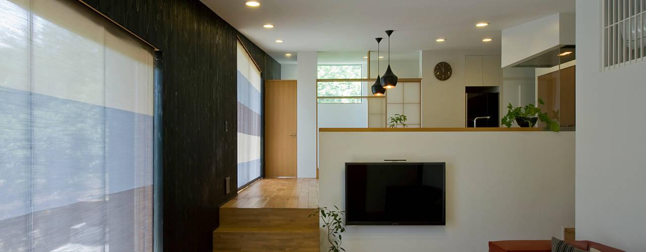 傾斜地の平屋 モダンデザインの リビング の LIC・山本建築設計事務所 モダン