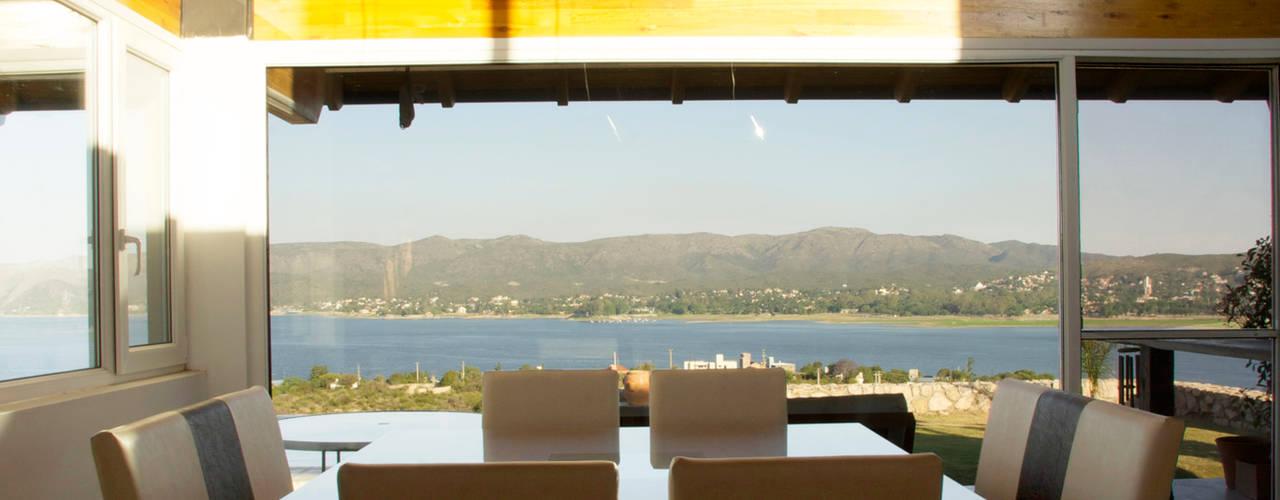 Casa Lago Modern dining room by renziravelo Modern