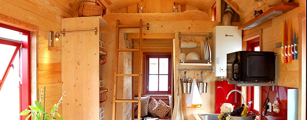 Casas eclécticas de TINY HOUSE CONCEPT - BERARD FREDERIC Ecléctico