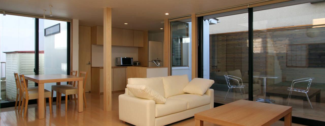 フラットハウス Salas de estar modernas por 株式会社横山浩介建築設計事務所 Moderno