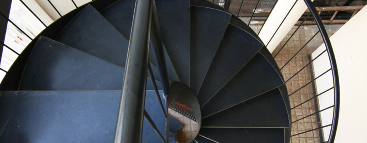 House 328 Kamat & Rozario Architecture Modern corridor, hallway & stairs