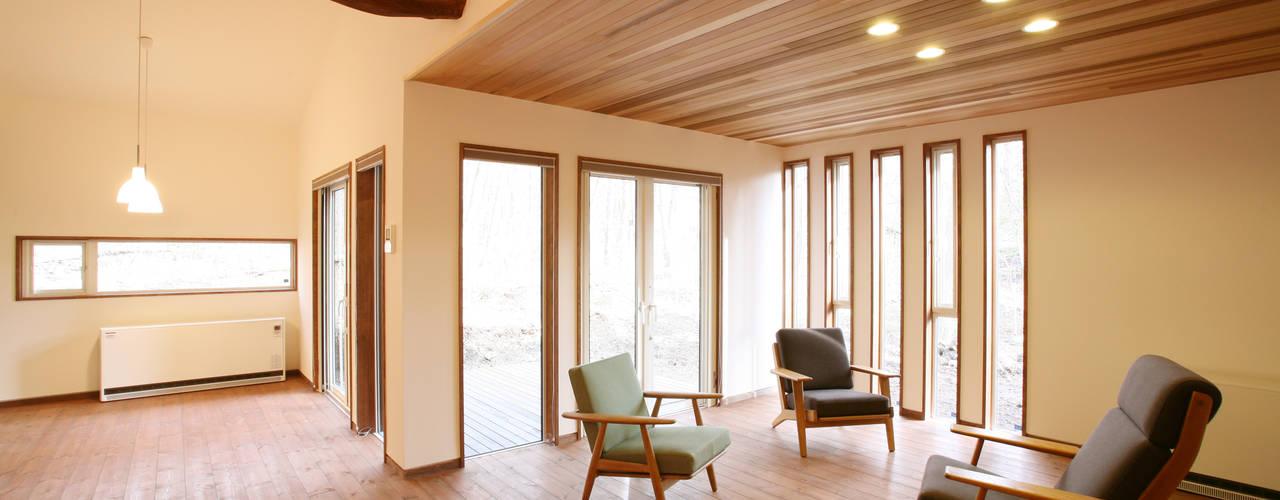 軽井沢 森に集う家/新築別荘 北欧デザインの リビング の 一級建築士事務所 アトリエ カムイ 北欧