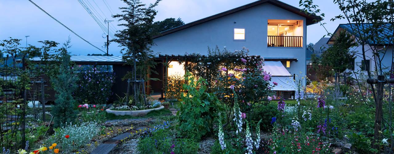 Casas de estilo  por 岩川アトリエ, Moderno
