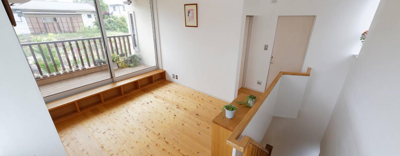 Salas multimedia modernas de 岩川アトリエ Moderno