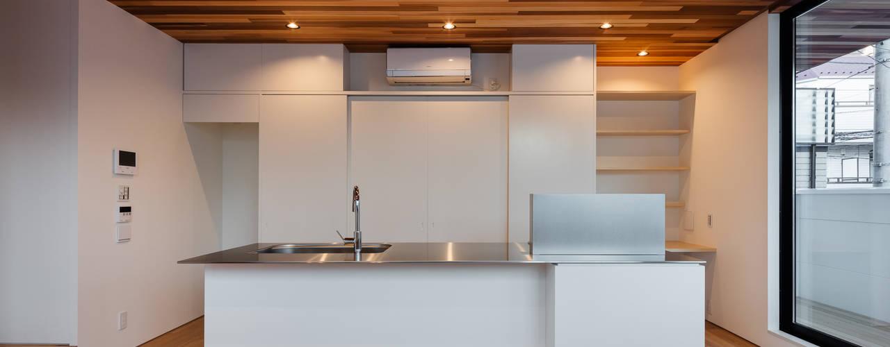 独立した二世帯が集う家: 設計事務所アーキプレイスが手掛けたキッチンです。