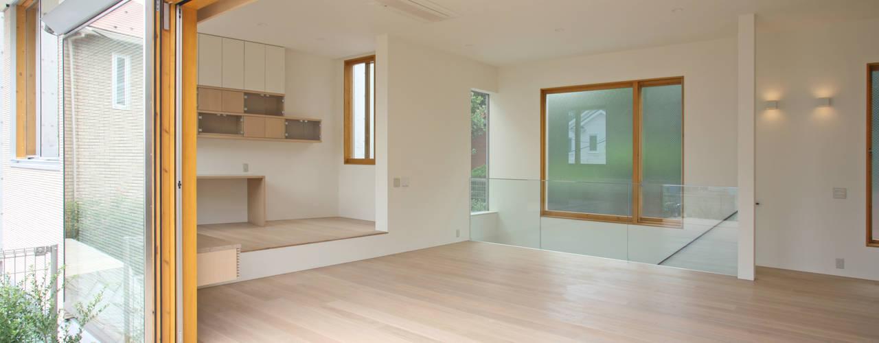 太陽の光を感じる家: 設計事務所アーキプレイスが手掛けたリビングです。