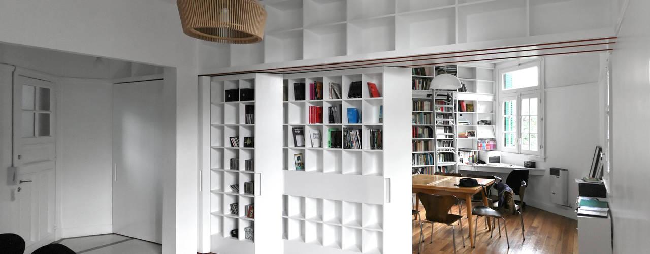 Phòng học/văn phòng phong cách tối giản bởi Pop Arq Tối giản