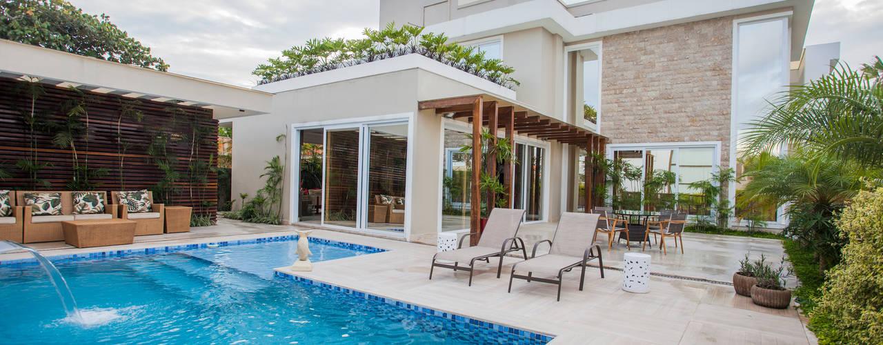 área de piscina e lazer: Casas modernas por Heloisa Titan Arquitetura