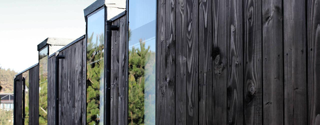 Construcción de Casa Ro en Matanzas por ALIWEN: Ventanas de estilo  por ALIWEN arquitectura & construcción sustentable - Santiago
