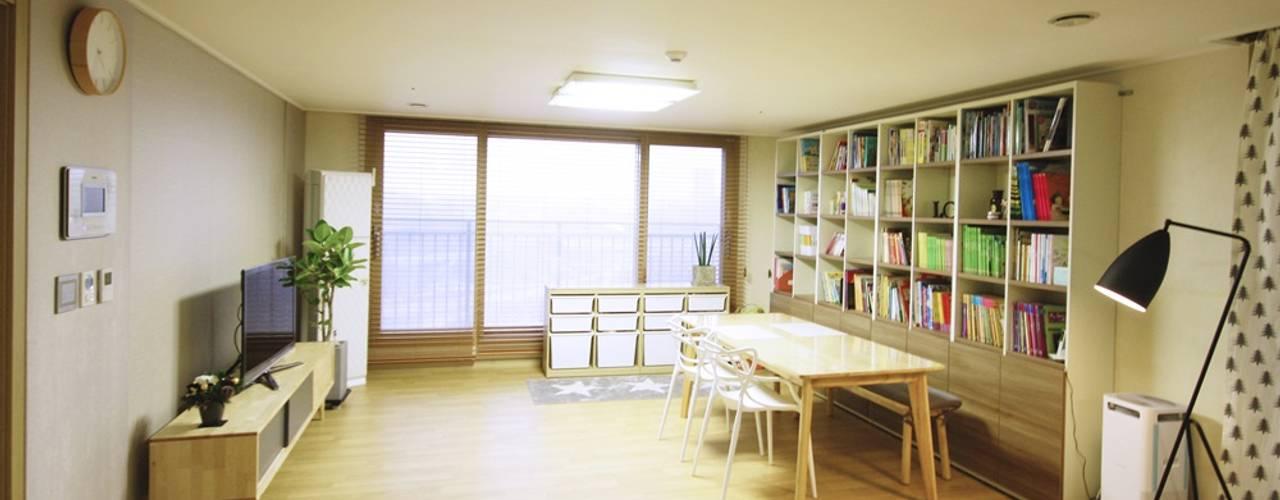 광교 서재형거실 홈스타일링(Kwanggyo APT) Comedores de estilo moderno de homelatte Moderno