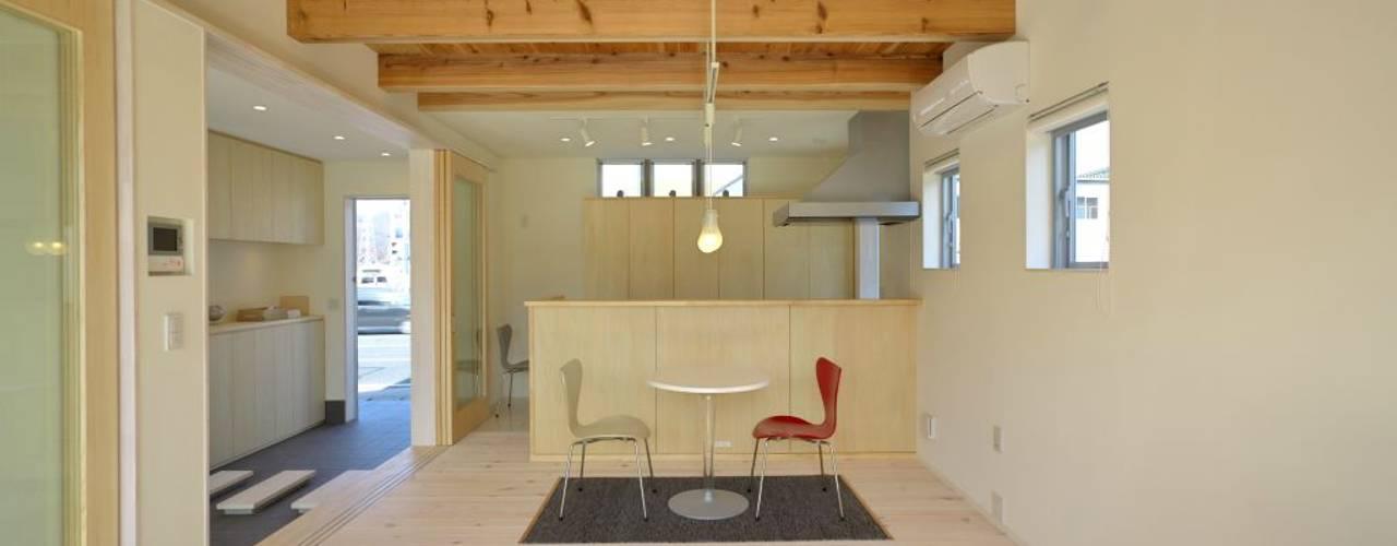 通り土間のあるSimple Box House モダンデザインの リビング の 有限会社 橋本設計室 モダン