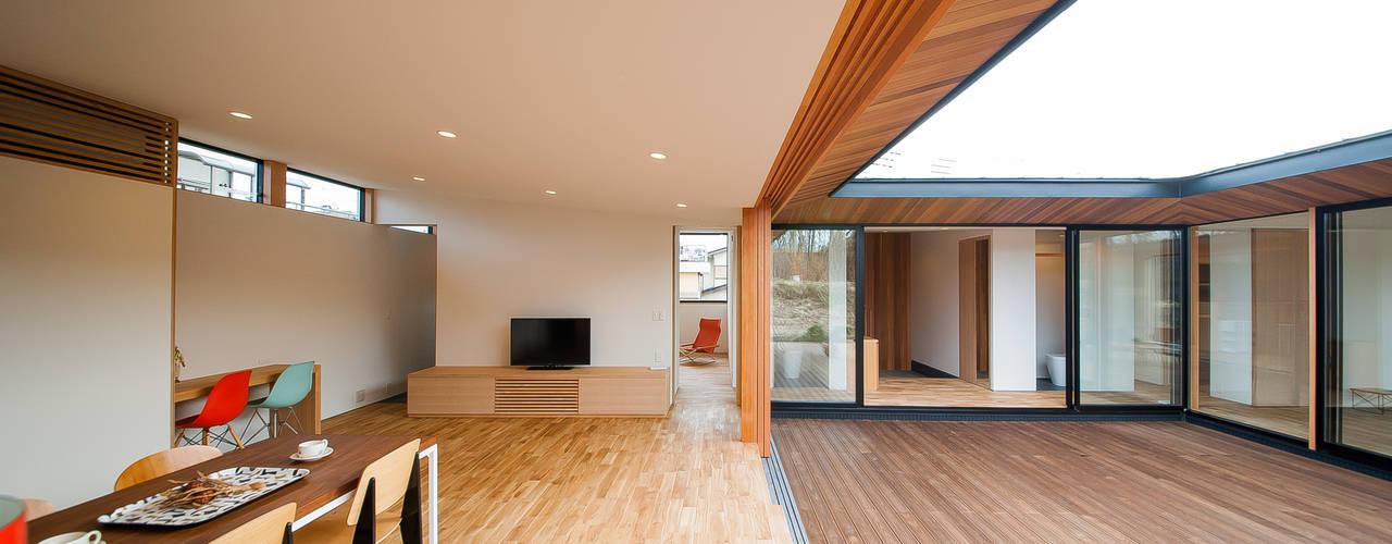Salas modernas de STaD(株式会社鈴木貴博建築設計事務所) Moderno